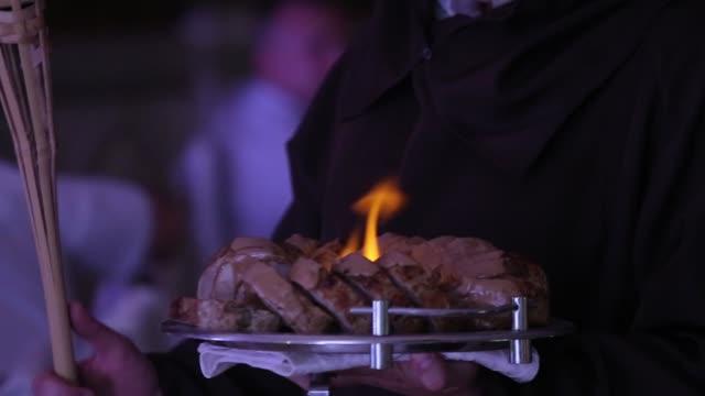 ウェイターハンド hd でプレートに炎がある肉のスライスのクローズアップビュー - 異国情緒点の映像素材/bロール