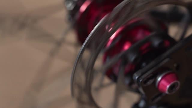 stockvideo's en b-roll-footage met vergrote weergave van de fiets-hub. roterende bmx of mtb wielen - {{asset.href}}