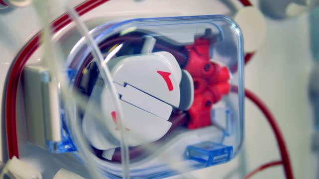 vídeos de stock, filmes e b-roll de uma vista close-up em uma bomba de roletes em movimento no trabalho. - diálise