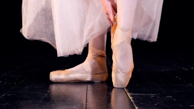 eine vergrößerte ansicht auf ballettschuhe gefesselt. - ballettschuh stock-videos und b-roll-filmmaterial