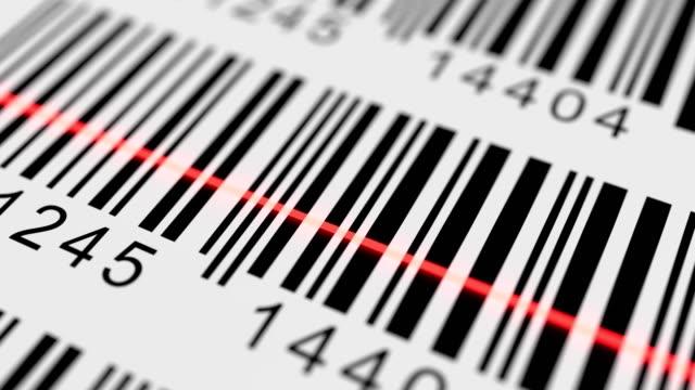 Vista primer plano rojo láser exploración etiqueta con código de barras de producto. Bucle de animación. - vídeo