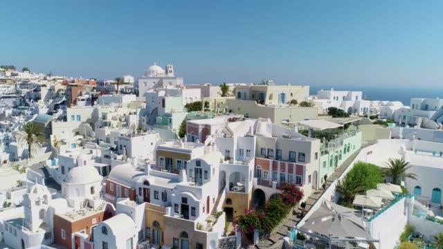 närbild utsikt över staden och vita husen i fira i santorini under den blå himlen. det finns blå medelhavet i bakgrunden. - egeiska havet bildbanksvideor och videomaterial från bakom kulisserna