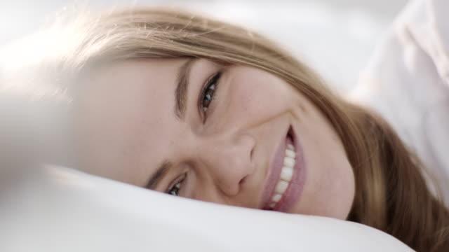 nahaufnahme, aufwachen mit lächeln - traumhaft stock-videos und b-roll-filmmaterial