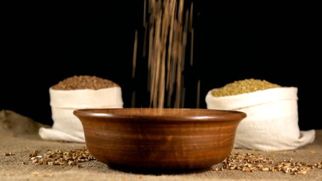 vidéos et rushes de gros plan, grains de blé déposez-le dans la plaque en bois remplir vers le haut - fibre