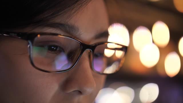 stockvideo's en b-roll-footage met close-up het oog van de vrouw die op het scherm van de monitor van de computer, bezinning op brillen kijkt - bril brillen en lenzen