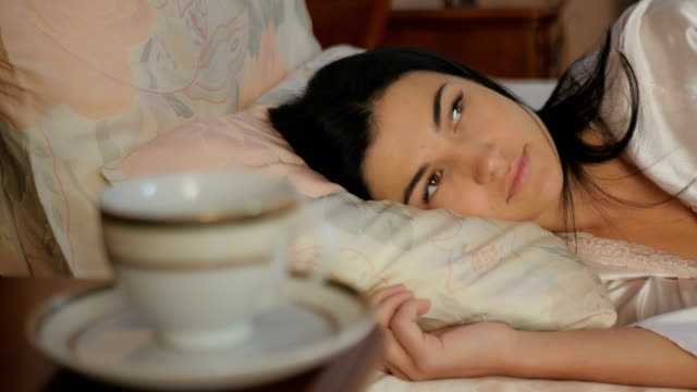 vídeos de stock e filmes b-roll de close-up - woman laying in the bed and relaxing - lapa