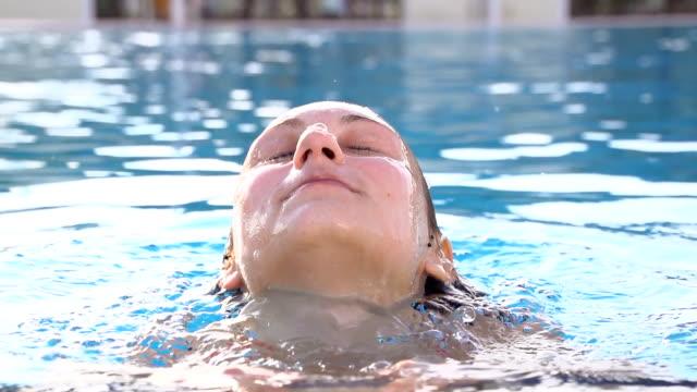 hd super slow-motion: close-up donna fuori dall'acqua - ritemprarsi video stock e b–roll