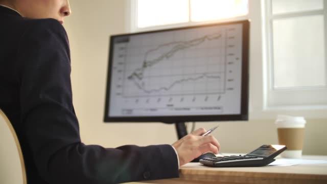 närbild kvinna som arbetar med finansiella rapporter - accounting bildbanksvideor och videomaterial från bakom kulisserna