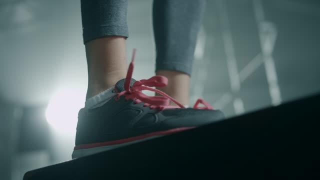 ジムでクローズ アップ女性脚ボックスをしながらジャンプします。 - クロストレーニング点の映像素材/bロール