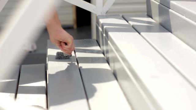 クローズ アップ木材塗装グレー色とブラシで - デッキ点の映像素材/bロール