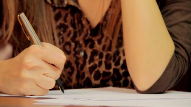 Close-up de anotar informações, de assinar documentos de contrato - vídeo
