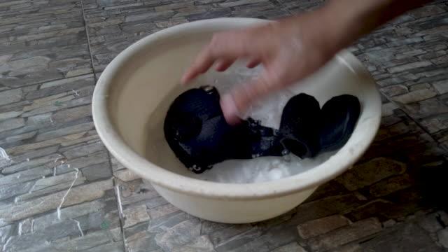 4k close-up.man hands washing mask in a plastic basin - myć filmów i materiałów b-roll
