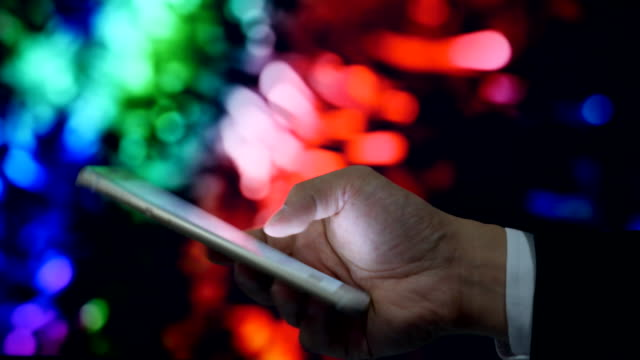 close-up: använda telefonen med ljus rörelse bakgrunden - telefonmeddelande bildbanksvideor och videomaterial från bakom kulisserna