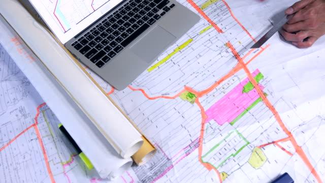 close-up: 업무 계획을 노트북 - 지역 유형 스톡 비디오 및 b-롤 화면