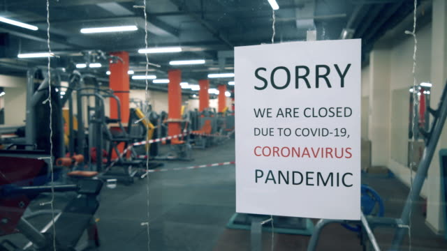 closing announcement on the doors of a fitness center - дворец спорта стоковые видео и кадры b-roll