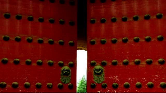 closing door video