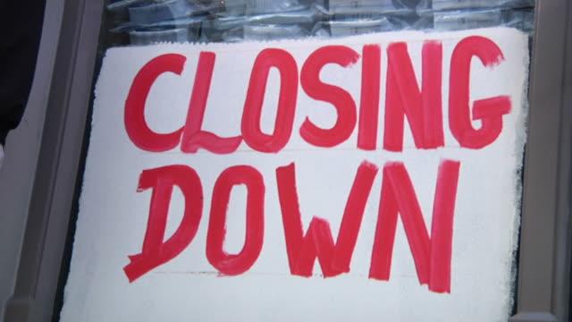 vídeos y material grabado en eventos de stock de cerrar sesión en la ventana de la tienda - recesión