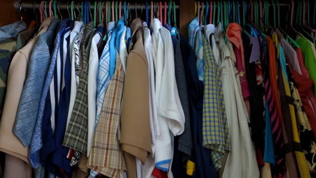 vídeos y material grabado en eventos de stock de paño en un armario - desordenado
