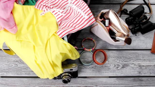 Kleidung und Geldbörse mit Kosmetika. – Video
