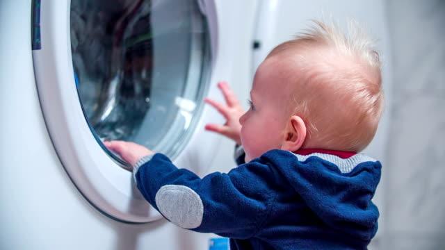 洗濯機で衣類を洗濯機 - 楽しい 洗濯点の映像素材/bロール