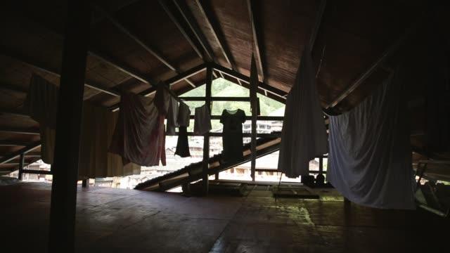 klamotten auf dem dachboden - dachboden stock-videos und b-roll-filmmaterial