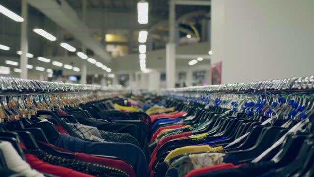 vídeos de stock, filmes e b-roll de trilho da roupa - vestido