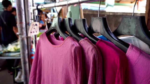 vídeos y material grabado en eventos de stock de tienda de ropa en el mercado en tailandia - moda playera