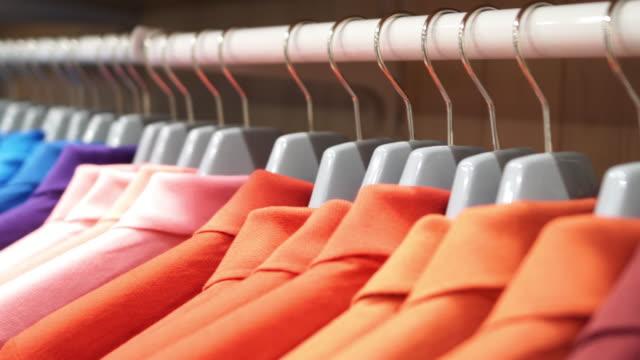 vídeos y material grabado en eventos de stock de tienda de ropa - moda playera