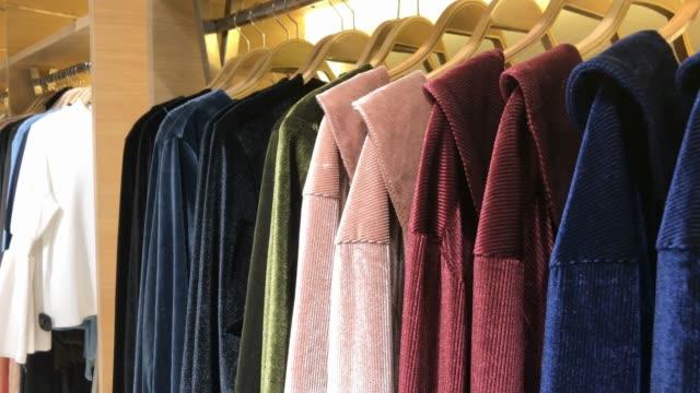 vídeos de stock, filmes e b-roll de roupas em loja de varejo em shopping center - boutique