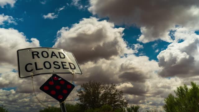 stockvideo's en b-roll-footage met cloud gesloten timelapse - arizona highway signs