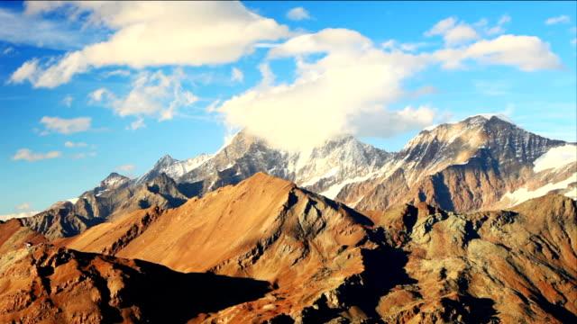 Wolken fließen im Matterhorn – Video
