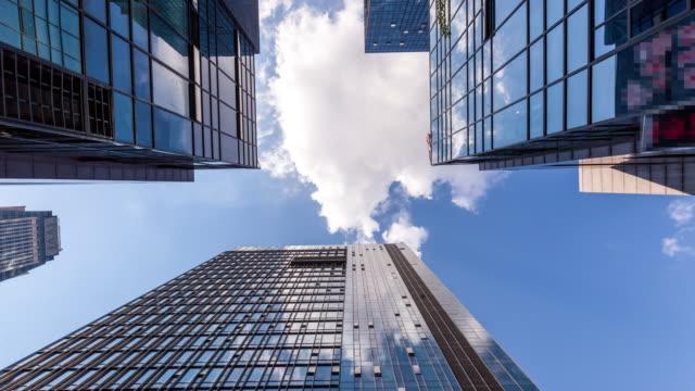 vidéos et rushes de mouvement des nuages dans les immeubles de bureaux - inclinaison vers le haut