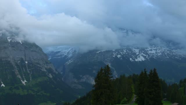 tl cloud flytta över berget eiger grindelwald schweiz - grindelwald bildbanksvideor och videomaterial från bakom kulisserna