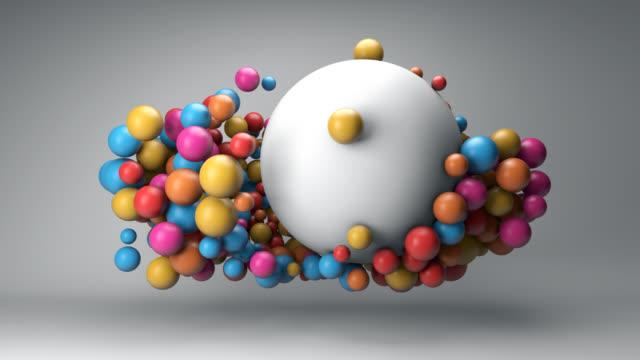 vídeos de stock, filmes e b-roll de nuvem de bolas coloridas e uma grande bola branca - esfera
