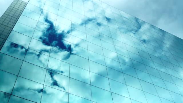 vidéos et rushes de réflexions de t/l cloud sur windows de gratte-ciel - vue en contre plongée verticale