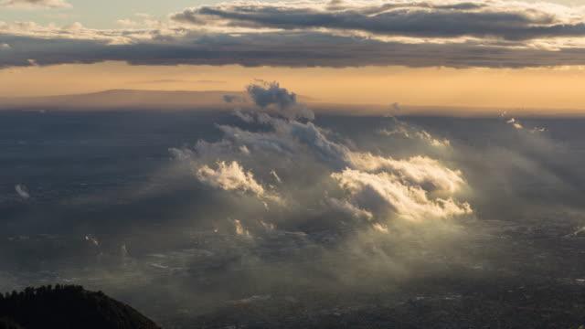moln och gyllene timmen ljus i los angeles, kalifornien dag timelapse - hollywood sign bildbanksvideor och videomaterial från bakom kulisserna