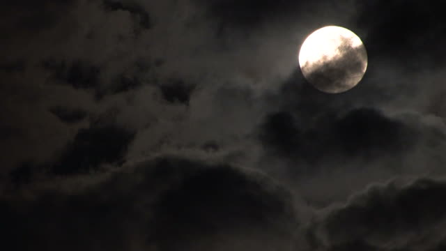vídeos de stock, filmes e b-roll de nuvens e da lua - só céu