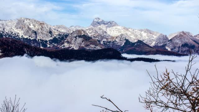 雲と山、美しい自然のパノラマ、bohinj、スロベニア、時間の経過 - 清らか点の映像素材/bロール