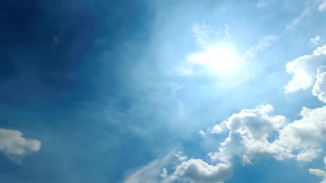 vídeos de stock, filmes e b-roll de as nuvens estão se movendo no céu azul. lapso de tempo - cirro