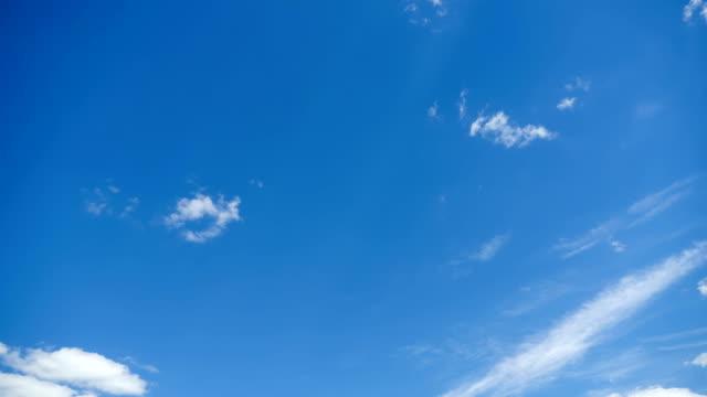 vídeos de stock, filmes e b-roll de as nuvens estão se movendo no céu azul. lapso de tempo - céu claro