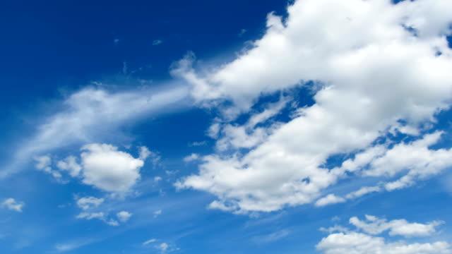 vídeos de stock, filmes e b-roll de as nuvens estão se movendo no céu azul. timelapse - cirro
