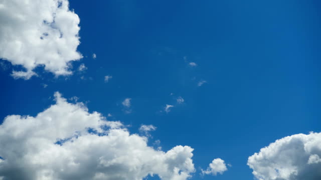 vídeos de stock e filmes b-roll de clouds are moving in the blue sky. timelapse - sky
