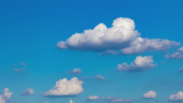 vídeos de stock, filmes e b-roll de fechada-se de nuvens brancas de céu azul de nuvens - só céu