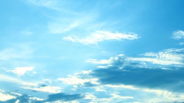 wolken am blauen himmel in tag - zirrus stock-videos und b-roll-filmmaterial