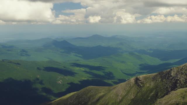 nuvole in movimento sulla valle nel new hampshire - monti appalachi video stock e b–roll