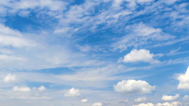 vídeos de stock, filmes e b-roll de nuvens se movendo através de um céu azul claro - só céu