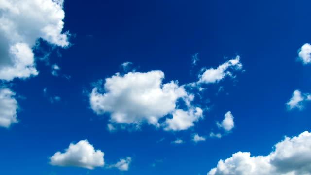 облаков движущихся в blue sky - lightning стоковые видео и кадры b-roll