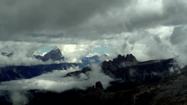 ドロミテ山脈の上に移動する雲パン tl - 層積雲点の映像素材/bロール