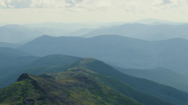 nuvole che si muovono sulle cime delle montagne in new hampshire - monti appalachi video stock e b–roll