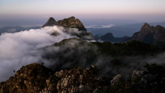 vidéos et rushes de nuages en mouvement sur la montagne - évasion du réel
